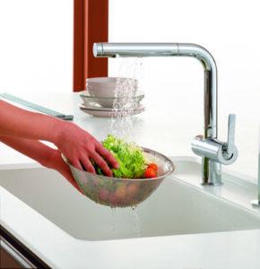 シャワーに切り替えられるから、 食材の洗浄にも便利です。