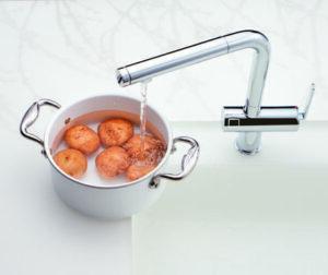 カウンターの上になべをおいたまま 水くみがラクにできます。
